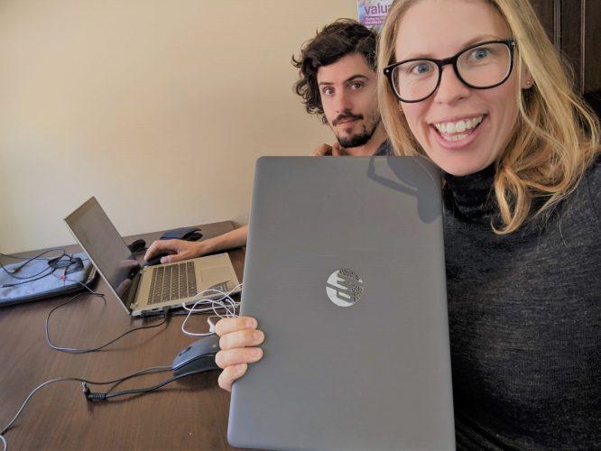 Blogger hoe verdien ik mijn geld met bloggen laptop bibliotheek